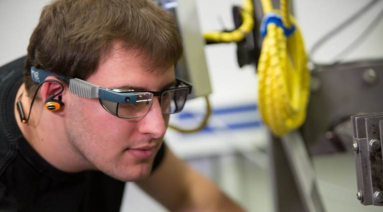 Using smart glasses in virtual technical service.